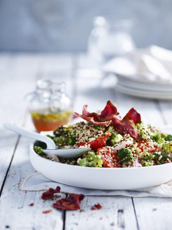 Quinoa met broccoli en rodenbietenchips